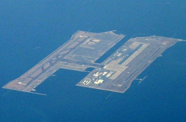 El Aeropuerto Internacional de Kansai, está ubicado en la isla artificial en la bahía de Osaka (Japón)