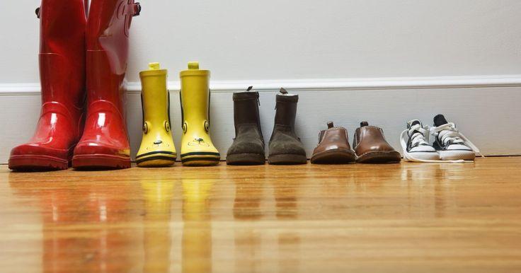 """Las aspiradoras a vapor, ¿son seguras para los pisos de madera?. Las aspiradoras a vapor para pisos de superficie dura no son en realidad una aspiradora de por sí, pero si tienes mascotas o usas tus zapatos adentro, esta máquina de mano es una potente herramienta para la limpieza de bacterias. A pesar de su nombre, la aspiradora a vapor es más como un """"lampazo"""" caliente. Debido a la alta temperatura y la acción ..."""