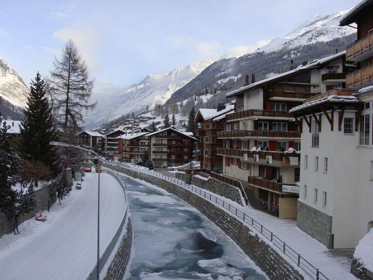 Řeka Matter Vispa stahuje vodu z ledovců nejvyšších vrcholů.