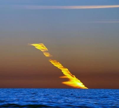 indypendentnature:  A meteor lights up the sky with a fiery streak as it plunges into the ocean off the West Australian coastline.