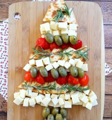 Christmas tree cheese platter - party appetizers // Karácsonyfa alakú karácsonyi sajt tál - partifalatkák // Mindy - craft tutorial collection