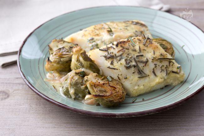 Il baccalà al forno è un secondo piatto di pesce ghiotto e saporito, accompagnato da un contorno di cavoletti di Bruxelles e una salsa aromatica.