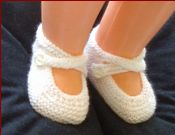 Knitting pattern for baby shoes with crossed ankle straps.