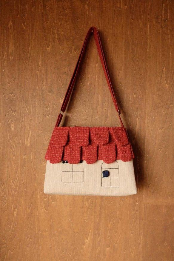うろこのような形の瓦をつけたレンガ色の屋根クリーム色のコーデュロイのおうちバッグです。ほっこりするような暖かいおうち斜め掛けにもできるショルダーバッグのLサイ...|ハンドメイド、手作り、手仕事品の通販・販売・購入ならCreema。