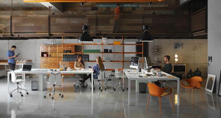 Olha que espaço de trabalho incrível você pode criar com os nossos produtos! Aqui, a mistura perfeita entre as Mesas Byo Work, com divisórias de vidro ao centro e calha para a passagem dos fios, Cadeiras Gripp Office, com rodízios, Cadeiras Nina e Home System (sistema de prateleiras) na cor laranja, dando um toque vibrante na medida. #inovação #arquitetura #design #interiores #corporativo #office
