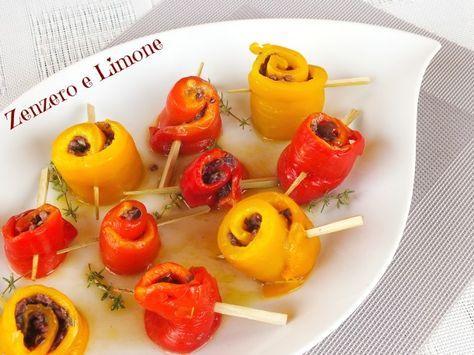 Gli involtini di peperoni sono un contorno molto saporito e fresco. Facilissimi da preparare sono perfetti per un bel buffet estivo