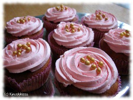 Mansikat ovat tytärteni suosikkimarjoja niistä saa ihanan meheviä muffinsseja. Makeuden kruunaa mansikkatomusokerilla maustettu kermavaahto. Pikkujuhlijoita varten paistoin osan taikinasta minimuffinssipellillä ja somat miniversiot näyttivät päätyvän monen isommankin juhlijan lautaselle. Muffinssit voi tehdä myös pakastemansikoista, mutta mansikat kannattaa valuttaa ensin. n. 12 kappaletta (isoja) Taikina: 2 munaa 1 ½ dl sokeria 2 ½ dl vehnäjauhoja 1 […]
