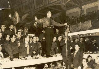"""Rolão Preto, o homem que queria ser a vanguarda da """"revolução nacional"""", a discursar num jantar-comício no Palácio de Cristal. Porto, 1933"""