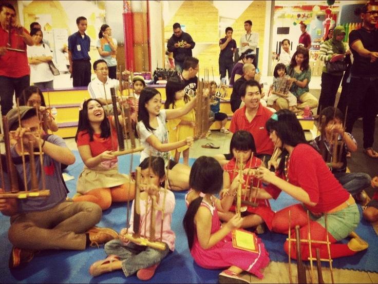 Belajar angklung @kelopak_ind, FX Jakarta, Mei 2012
