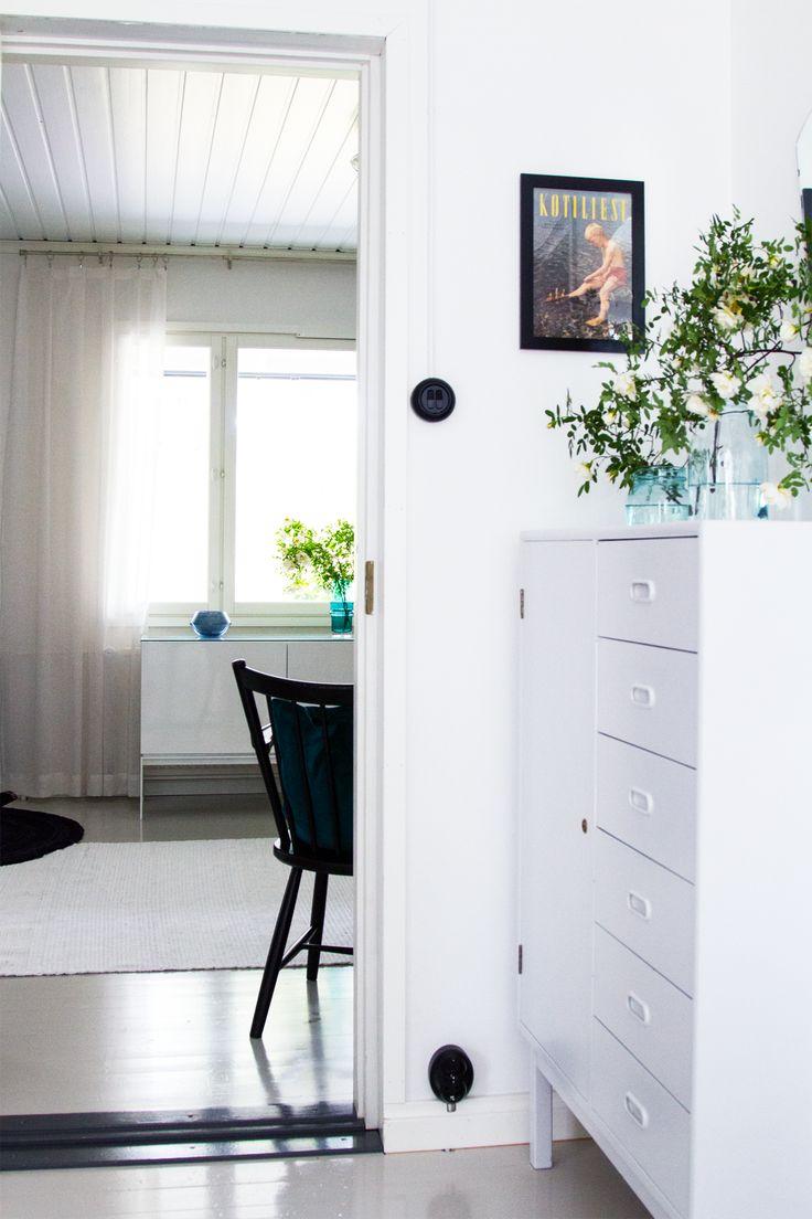 Keittiön kaappi, olohuone. Kitchen closet, living room.