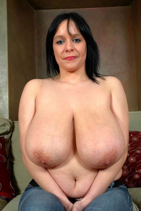 Splendide milf aux enormes seins