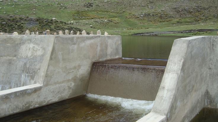 Cuando el nivel del agua en el embalse sube, la presa permite la salida de los excedentes, que fluyen en el cauce natural de las aguas en la zona.