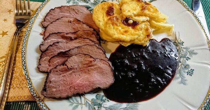 """Mennyei Svéd """"Tjälknöl"""" (nagyon!) lassan sült marha fűszeres pácban, portói mártással, csőben sült burgonyával (gratin) recept! Tjälknöl - kb annyit jelent, hogy """"átfagyott gumó"""". Egy Észak-svédországi eredetű receptről van szó, az """"átfagyott"""" arra utal, hogy a húst fagyott állapotában kezdjük elkészíteni, a """"gumó"""" pedig magára a húsra, annak formájára utal. Izgalmas és egzotikus lenne elmesélni az ételről, hogy """"már a régi vikingek is így készítet..."""