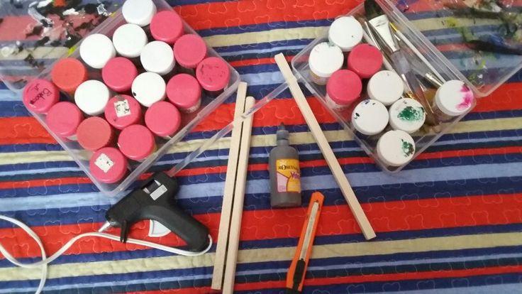 Nuestros materiales para empezar con el proyecto:  -Palos de Madera -Lija (Para poder lijar la madera) -Pinturas -Otros materiales adicionales segun tu desees