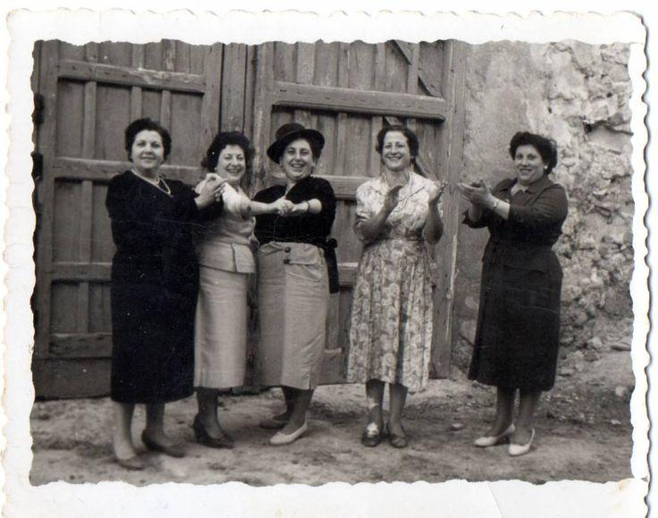 Me encanta esta #foto. Cuatro mujeres en Belinchón, #Cuenca (1930) #fotoantigua