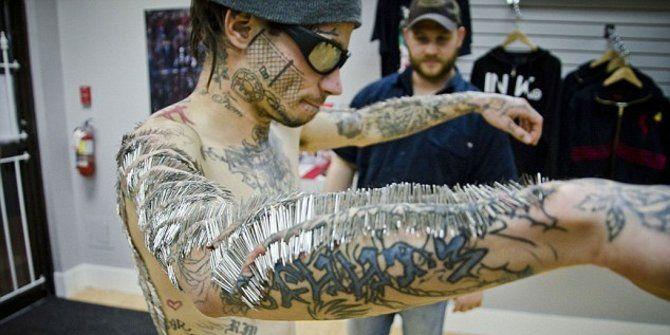 Matthew Mencyk, 30 tahun, pria asal Kanada, memecahkan rekor dunia mempunyai tindik terbanyak di tubuhnya. Dia sanggup menjalani proses tindikan sebanyak 4.550 kali dalam delapan jam.