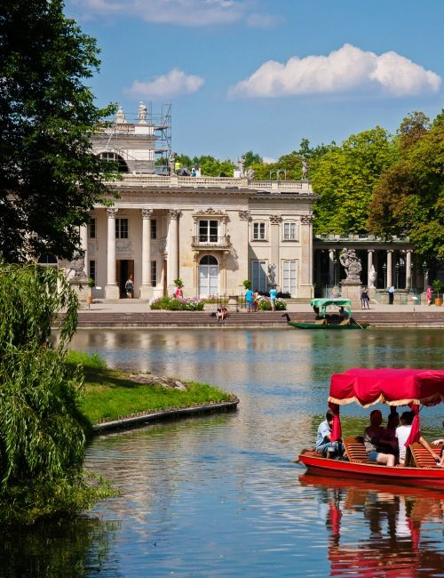 Jeden z najpiękniejszych zespołów pałacowo-parkowych w Europie. Łazienki Królewskie zwiedzanie ze świetnym przewodnikiem dla grup i turystów indywidualnych!