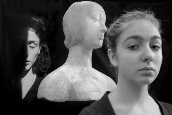 Letizia Battaglia - Palermo2010. Tre donne: Rosaria Schifani, vedova dell'agente di scorta Vito ucciso con Giovanni Falcone, il busto di Eleonora D'Aragona realizzato da Francesco Laurana e Marta, 14 anni.