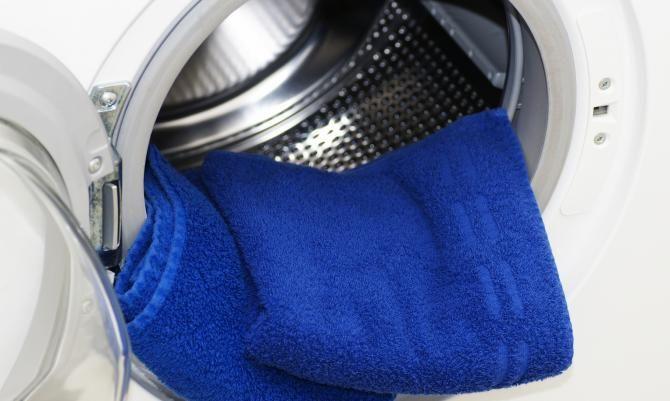 Das Flusensieb versteckt sich hinter der Sockelklappe im unteren Bereich der Maschine – durch leichtes Ziehen öffnen Sie sie.
