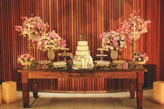 Mesa de bolo de madeira com tampo de espelho é um rústico chique