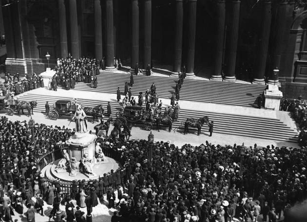 circa 1912: The Lord Mayor of London arriving at St Paul's Cathedral, London, for the memorial service for the victims of the 'Titanic' disa...