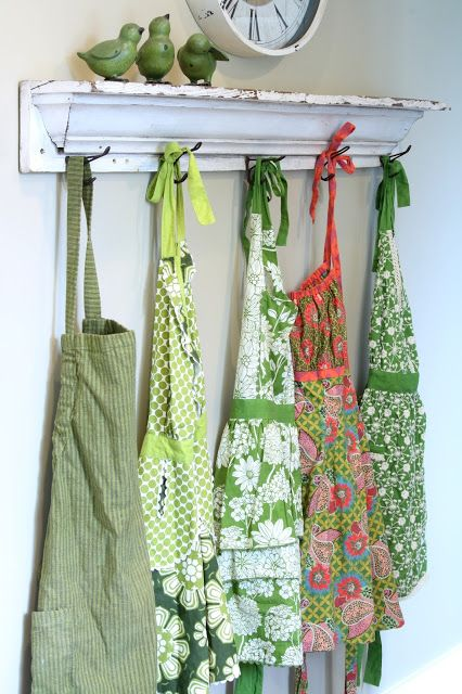 Wish I had room for a pretty shelf with three green birds and vintage aprons....so adorable!♥♥: