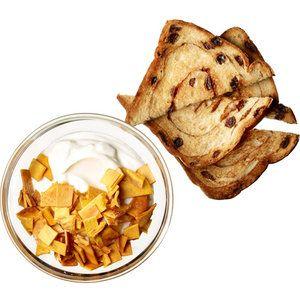 Jogurt s tropickým ovocem a skořicovým toastem Potřebujete 100 gramů řeckého bílého jogurtu, do kterého vmícháte dvě lžičky strouhaného kokosu a 6 nakrájeným plátků sušeného manga (můžete použít i půlku čerstvého). Podávejte s dvěma nahřátými tenkými plátky toastového chleba lehce poprášenými mletou skořicí. Polyfenoly obsažené v mangu aktivují proteiny v těle, které regulují metabolismus a pomáhají snížit množství tělesného tuku.