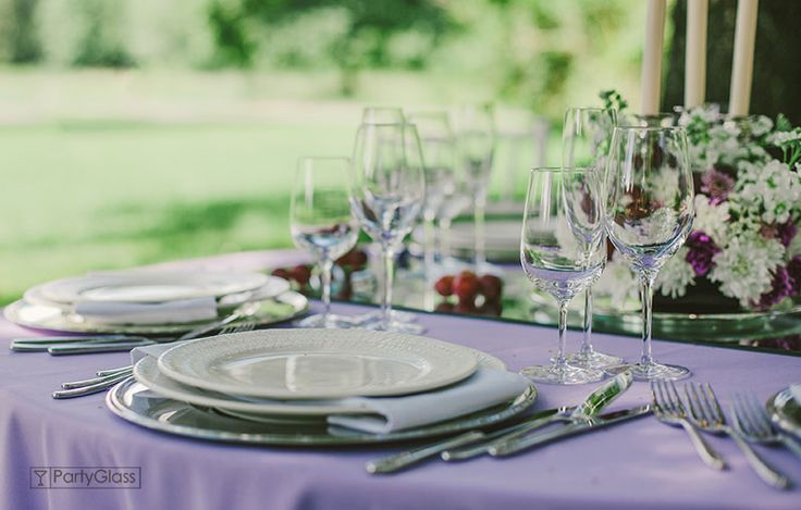 Tablescape of summer dinner in violet coulors