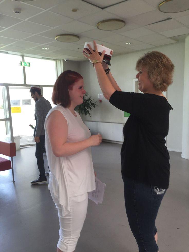 Mor sætter studenter hue på Denize onsdag den 22. Juni 2016 på Høje Taastrup Gymnasium