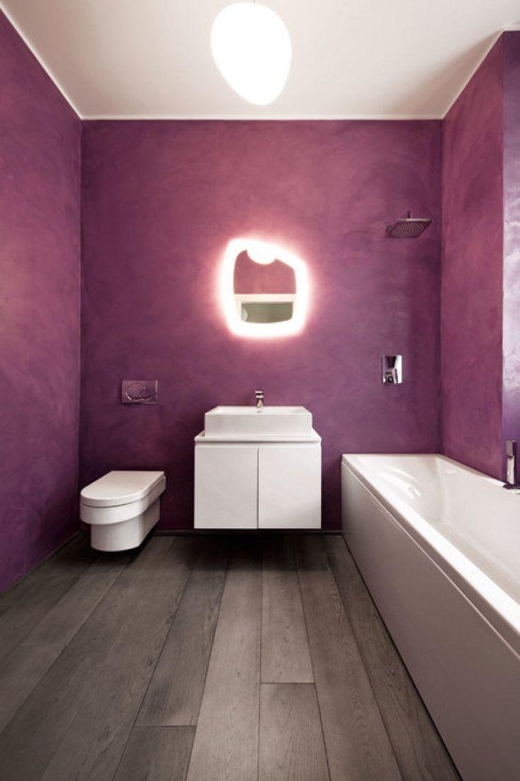 banheiro-com-piso-de-madeira-parede-roxa-e-espelho-com-luz http://casa.abril.com.br/materia/16-moradores-que-nao-tiveram-medo-de-ousar-ao-escolher-a-cor-do-banheiro