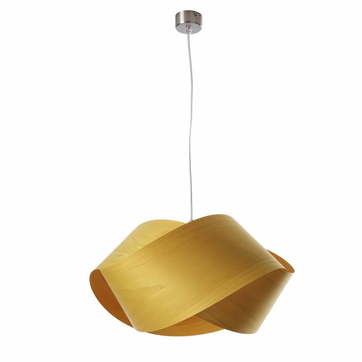 Modelo Nut S. Un sencillo nudo de chapa de madera realizando una torsión, hecha a mano. Pantallas disponibles en 8 acabados de chapa de madera diferentes. Bombillas no incluidas: 1 X 20W. Plazo de entrega 3 semanas. Cómprala en http://www.muebleate.com/beta/index.php?p=56=11=55=Muebles-de-Decoración/Lámparas-de-suspensión