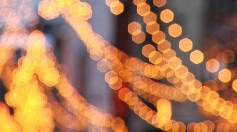 Helsingin Aleksanterinkadulla siirrytään tänä vuonna käyttämään led-valaisimia jouluvalaistuksessa. Joulukadun vanhat hehkulamput korvataan 6500:lla led-lampulla.