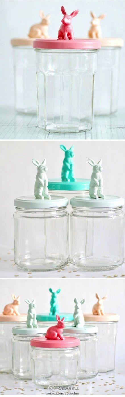 Déco de Pâques facile : des petits pots de conservation avec de vieilles figurines de lapins peintes. #bocal #easter #decopaques  #easterdiy #easterDIY #Paques #paquesbricolage #tabledefete #decodetable #diypaques #œuf #œufdepaques