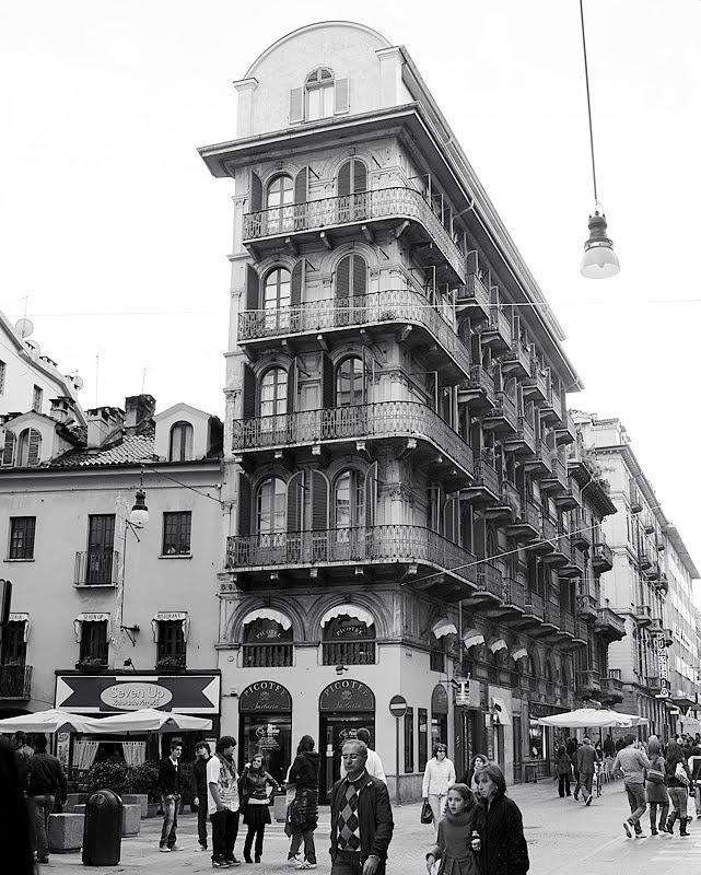 """This photo shows a narrow building. In Torino there are some (this one is in via Lagrange). They were built at beginning of last century. Questa fotografia mostra una delle diverse costruzioni """"strette"""" che a Torino vennero costruite, in linea di massima, ai primi del '900. Questa è in via Lagrange."""