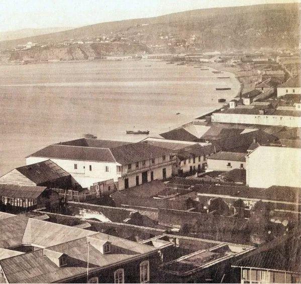 La fotografía muestra a la ciudad puerto de Valparaíso, retratada por la comisión española que visitó Chile dos años antes de que el Reino de España bombardeara el puerto. La foto es anterior a sus rellenos del Almendral y al terremoto de 1906, que dejarían a Valparaíso totalmente diferente al que vemos en la imagen. 1864