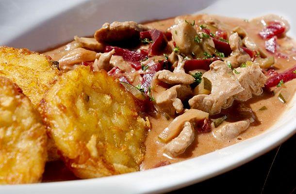 Stroganoff módra bármilyen húsfélét elkészíthetsz, a legegyszerűbb és legkönnyebben beszerezhető pedig a csirke.