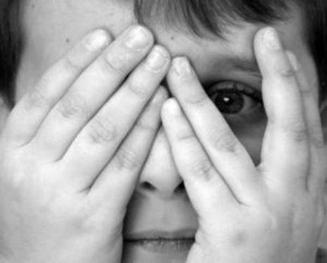 angstig is bang zijn in een gevaarlijke situatie en een onrustig gevoel hebben
