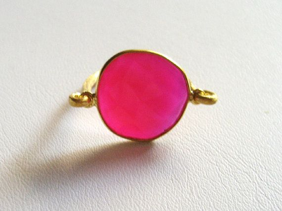 It is an handmade ring from silver and a beautiful fuchsia agate.An elegant goldplated ring in silver 925 ideal for the summer.The gemstones shape is similar with the photo's shape ,almost an oval shape .None of them are the same.
