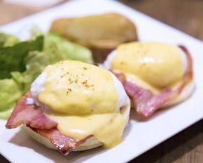 Los huevos benedictinos se caracterizan por estar formados por muffins ingleses tostados, jamón cocido o salmón ahumado, huevos escalfados y salsa holandesa. ¿Quiere...
