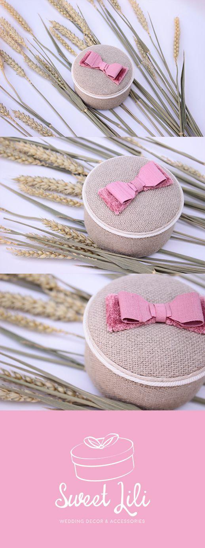 Pour un mariage champêtre et pop, optez pour un porte alliance en lin avec un joli noeud rose bonbon en velours & soie !