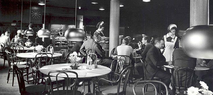 """Kluuvikadulla uudessa talossa - Fazer. Vuonna 1939 valmistuneessa Valentin Vaalan elokuvassa """"Vihreä kulta"""" metsänhoitaja Suontaa toteaa rouvansa pääharrastuksen olevan """"Stockmannin tavaratalo ja Fazerin kahvila"""". Suomalaisen elokuvan kulta-aikana kahvilassa istui elokuvatähtiä päivittäin ja Fazerilta löydettiin myös uusia kasvoja. Valentin Vaalan studio sijaitsi aivan lähellä Eteläesplanadilla."""