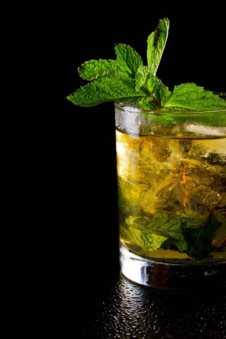 Mint Julep, nato come tonico digestivo, diventa cocktail per gentiluomini del Sud degli States, il suo fascino è, a tutt'oggi, immutato http://winedharma.com/it/dharmag/aprile-2015/mint-julep-la-ricetta-originale-gli-ingredienti-e-la-storia-del-mitico-cocktail-