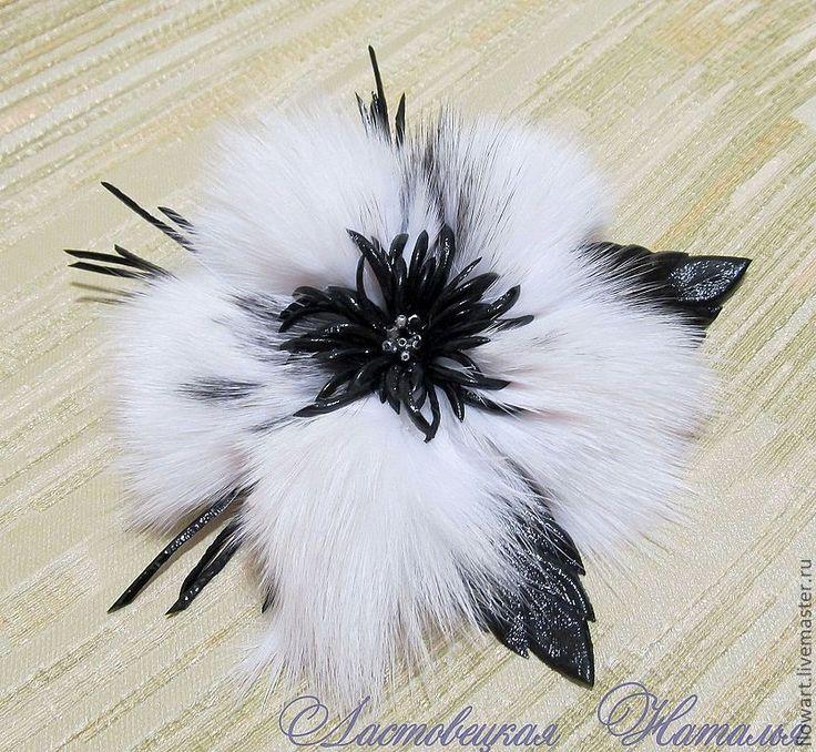 Купить Брошь из меха и кожи Сандра (белая) - чёрно-белый, цветок из кожи, цветок из меха