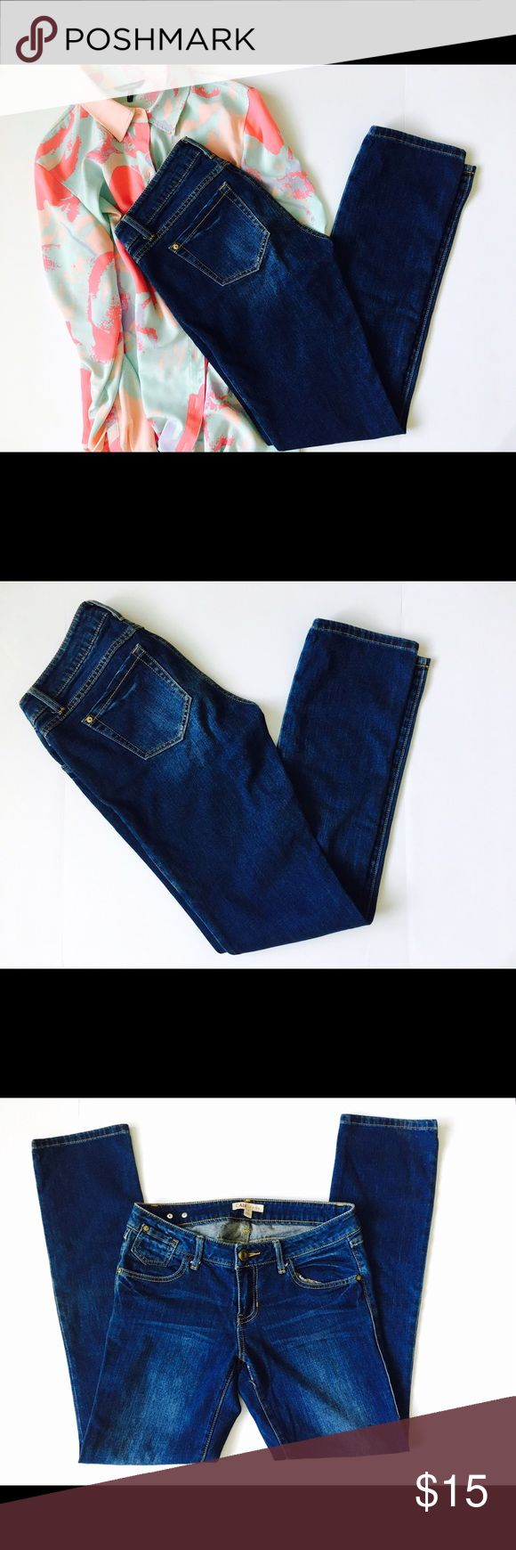 CABI Straight Leg Jeans Dark Wash Size 4 CABI dark wash jeans that will be perfect basic piece of your wardrobe. Size 4. Has some defect, superficial stitching broken. CAbi Jeans Straight Leg