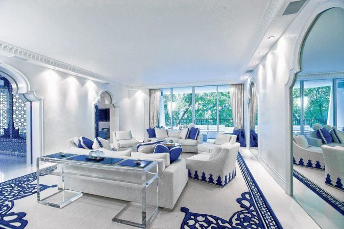 salon marocain moderne, décor élégant en bleu et blanc