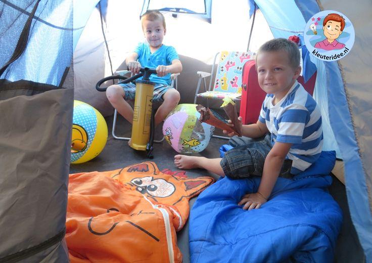 Campinghoek met tentjes, rollenspel en hoeken voor kleuters, kleuteridee.nl, preschool camping theme.
