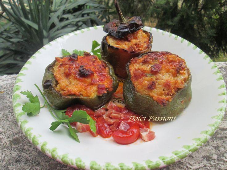 I peperoni ripieni con l'aggiunta della pancetta a cubetti, sono dei colorati scrigni di peperone farciti con un morbido e saporito ripieno formato da un impasto di pane raffermo, pancetta a cubetti formaggio grattugiato, capperi, uova, prezzemolo e aromi; una vera bontà da assaporare con gusto anche se freddi.I peperoni ripieni sono molto sostanziosi, e se accompagnati da un riso in bianco possono diventare un ottimo piatto unico.