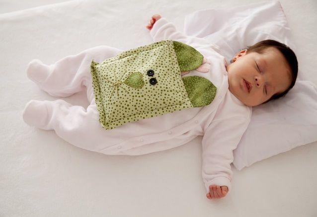 Bolsa de cólica para bebês, aprenda a fazer o acessório que pode ajudar a aliviar as temidas cólicas dos bebês. Utilize ervas naturais e aromáticas para