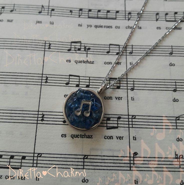 Collar corto en acero y zamak con signo musical y chip de cuarzo azul. Personalizalo como quieras!!! $18.000 cop.  Diretta ♥ Charms Accesorios que resaltan tus encantos.  Info wtp + 57 3127080891. Envíos nacionales e internacionales.  #DirettaCharmsAccesorios #DirettaAccesorios #music #musica #newcollection #new #musical #socute #beautiful #bello #cute #nice #cool #lovely #crystals #resin #art #fashion #bluequartz #blue #azul #proteccion #amuleto #quintochakra #hammantra