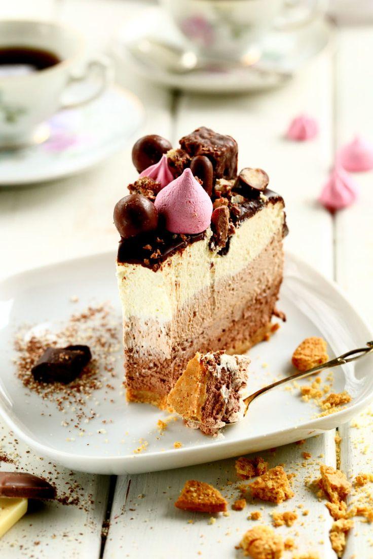 Valkosuklaamousse, tumma suklaamousse ja maitosuklaamousse